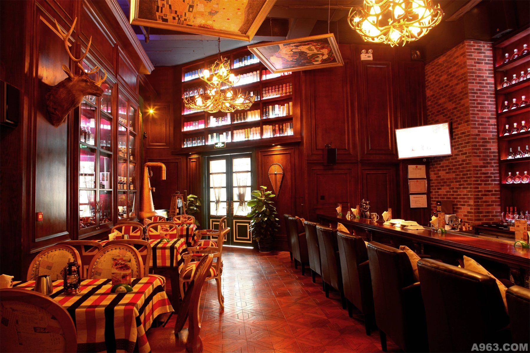 大量采用暗色木质护墙板,暗色墙面漆,皮质矮沙发,木箱式矮桌,铁艺护栏