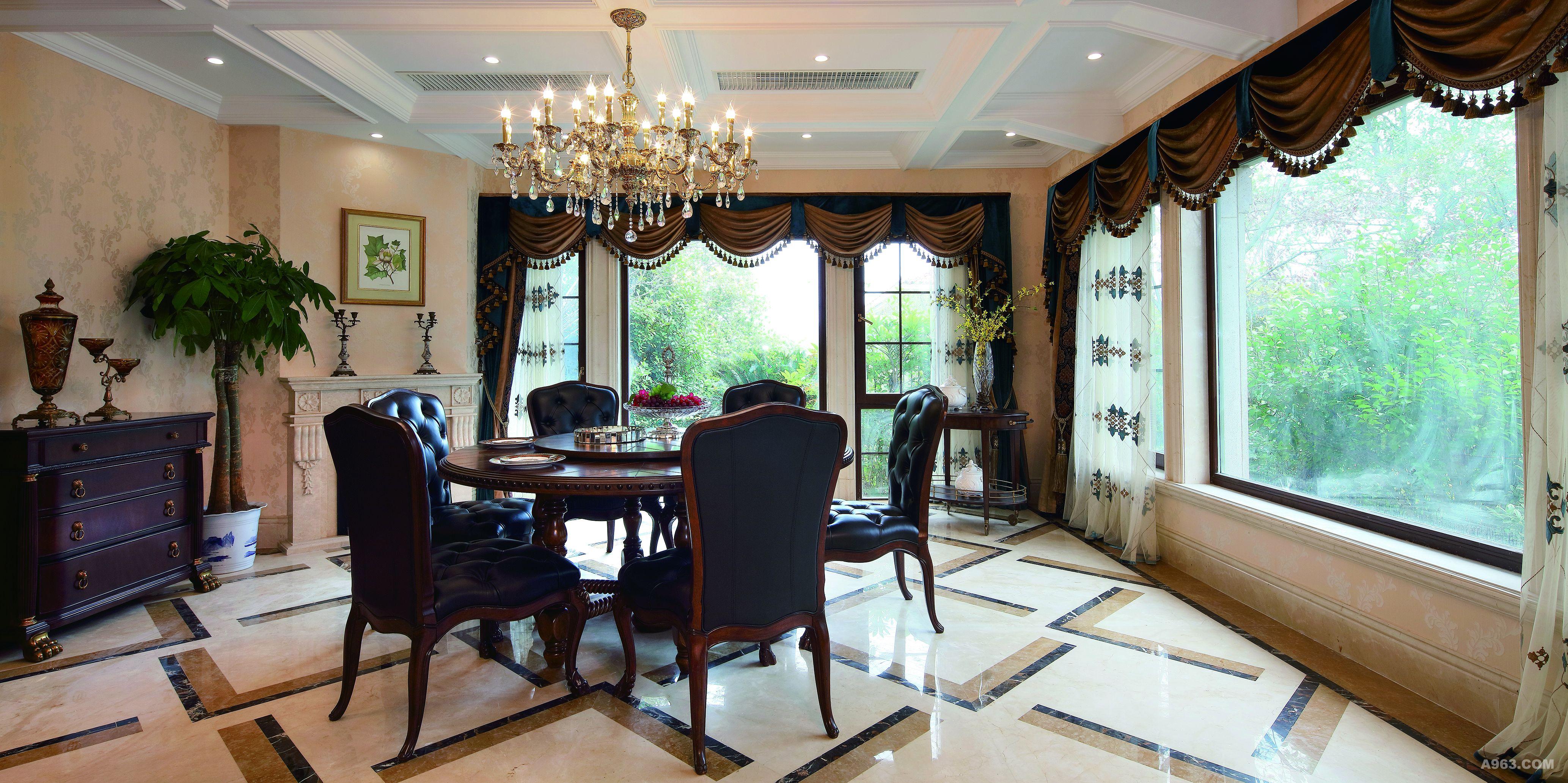 经典美式餐桌搭配复古窗帘,浅黄色的壁纸搭配白色的格子吊顶,营造一种