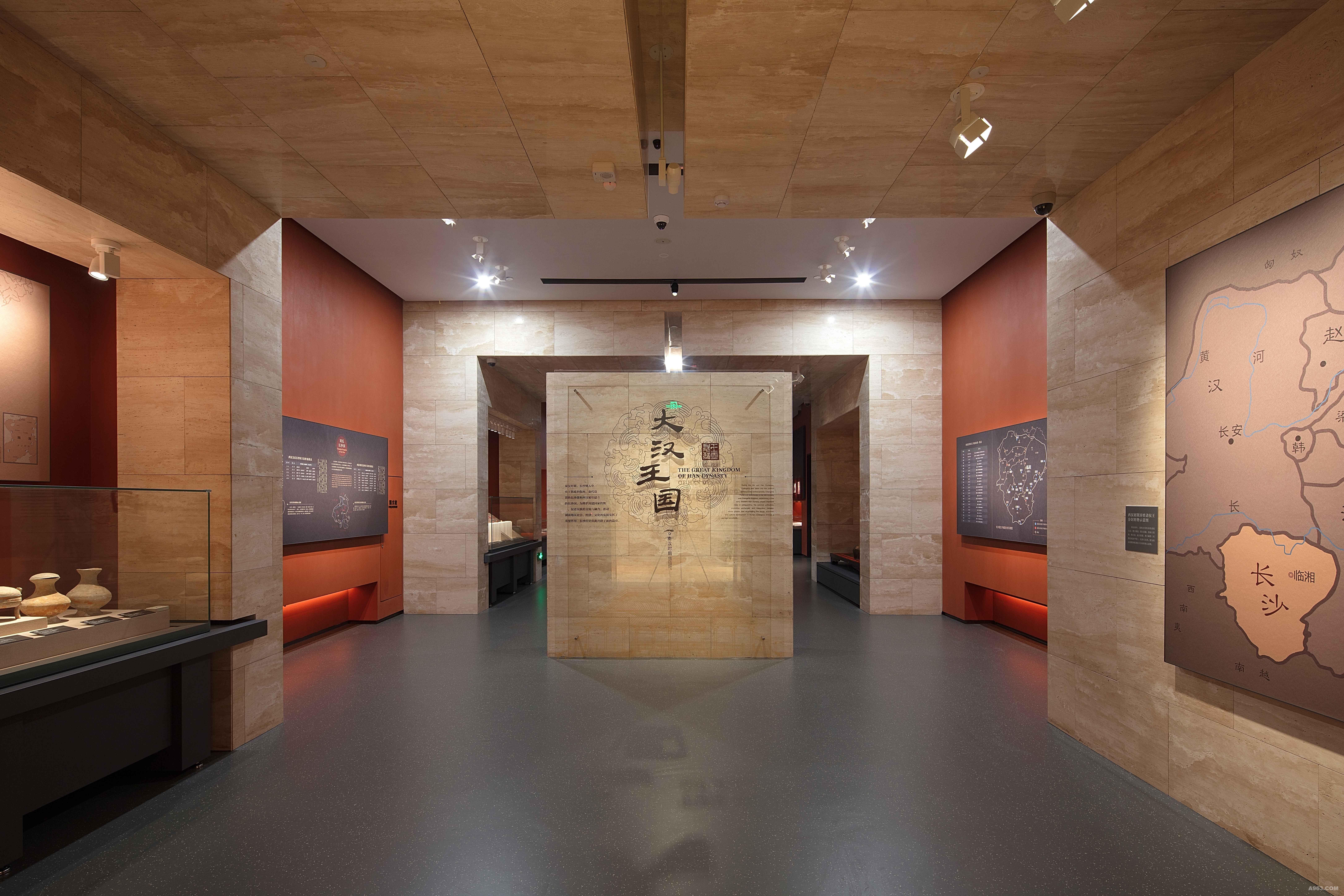 """湘江北去·中流击水 ——长沙博物馆历史文化陈列介绍 长沙博物馆历史文化陈列是第一个系统展示长沙地区历史文化的通史展览,分为古代篇和近代篇两个部分,共4个展厅,以长沙重大历史事件、著名历史人物、城市的发展变迁为主线,以长沙出土和征集的精美文物为主要载体讲述长沙故事。共展出文物1250余件(套),其中珍贵文物60%以上,使用各种资料图片2400余张。综合运用了场景复原、雕塑、多媒体、动画视频、虚拟现实装置、动手体验装置等多种展示手段。 古代篇""""湘江北去&mda"""